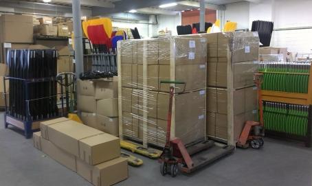 出荷部では、お客様にお送りするための梱包済みの商品を運送業者に引き渡すための環境が整っております。
