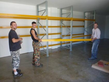 工作室のスタッフは、新しいパドルブレードを置くための倉庫を準備しています。
